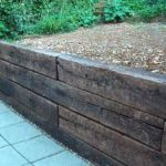 How to build a retaining wall with railway sleepers?