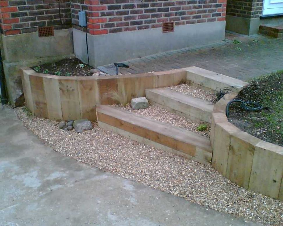 Landscape garden railway sleepers for Garden design railway sleepers